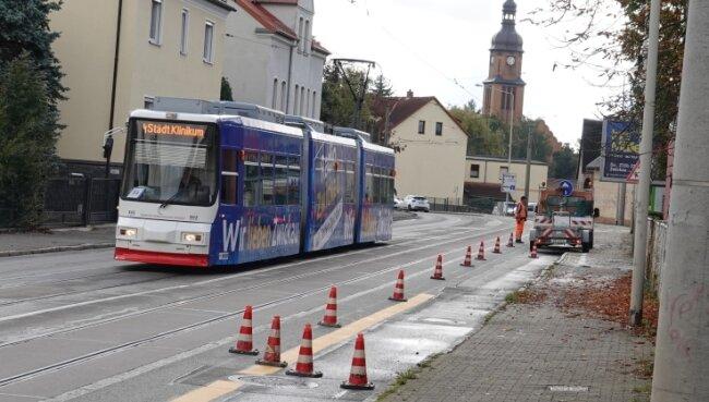Entlang der Straße werden vorübergehende Radwege markiert.