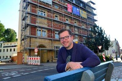 """MVZ-Geschäftsführer Sebastian Pelz vor dem """"Europäischen Hof"""" in Mittweida. In dem früheren Hotel soll voraussichtlich zum Jahresende das neurologisch-psychiatrische Versorgungszentrum einziehen."""
