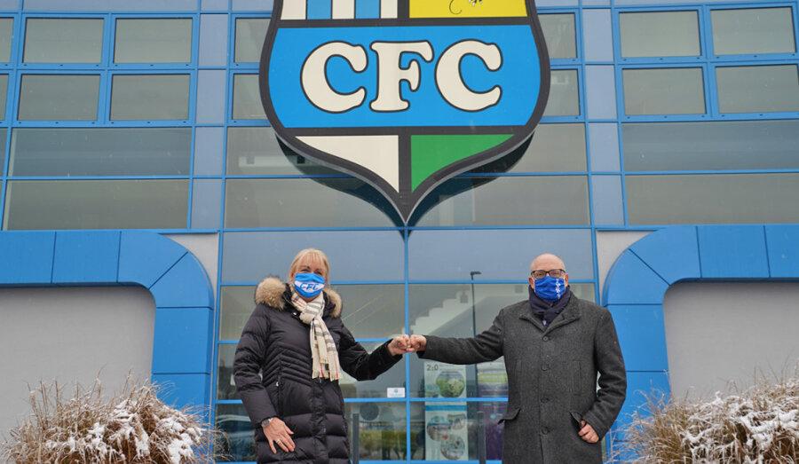 OB Sven Schulze ließ es sich am Dienstag nicht nehmen, der CFC-Vorstandsvorsitzenden Romy Polster persönlich zu gratulieren.