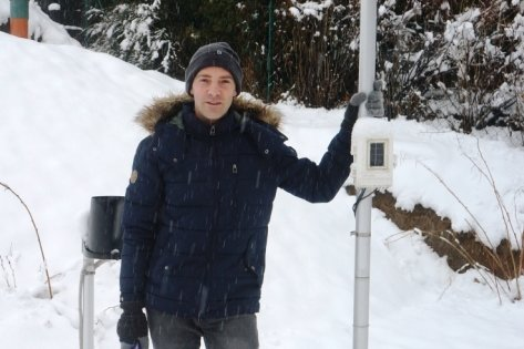 Der aus Waldkirchen stammende Vogtländer Silvio Wandel lebt heute in Chemnitz und betreut gemeinsam mit Thomas Junghähnel eine Amateur-Wetter-Website. Das Foto zeigt Wandel in Chemnitz-Harthau an einer seiner acht Wetterstationen.