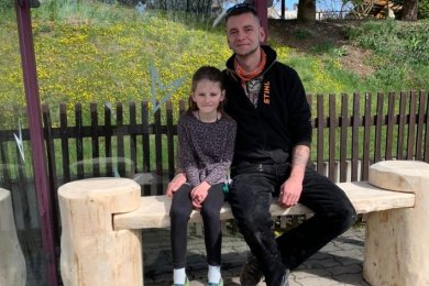 Matthias Kleinert und seine Tochter Celin auf der neuen Bank am Fuchsberg.