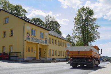 Die Falkensteiner Straße vor der Kita Am Schloss: Hier will der Stadtrat in Kürze über eine Geschwindigkeitsbegrenzung abstimmen.