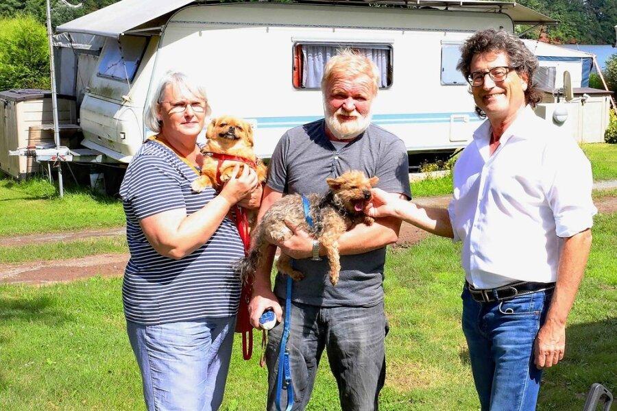 Elmar Burgard (rechts) begrüßt Elisabeth und Andreas Allenstein aus Altenburg, die mit ihren beiden Hunden Bello und Krümmel zum ersten Mal auf dem Campingplatz an der Kober eingecheckt haben.