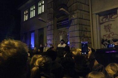 """""""Feine Sahne Fischfilet""""-Frontmann Monchi spricht vor dem AJZ zu den Konzertbesuchern."""