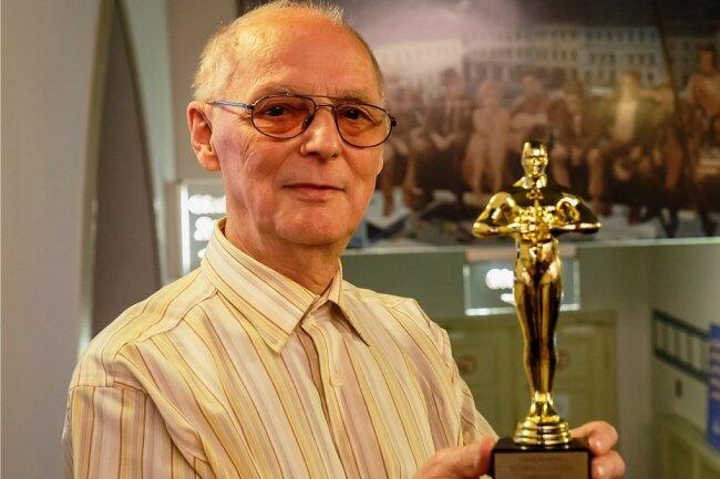 Ein Oscar für sein Lebenswerk: Am Mittwochabend wurde Gerd Roscher im großen Kinosaal von seinen Kollegen überrascht. Applaus für den Mann hinter den Kulissen, der noch immer Lust auf neue Filme hat.