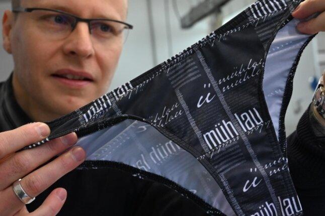 Der Firmenchef der Wonneberger-Manufaktur, Jörn Wonneberger, zeigt einen Mühlau-Slip.