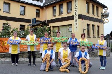 Zehn Köpfe zählt das Team der Bäckerei Neubert in Erla-Crandorf. Eine Mannschaft, die perfekt harmoniert, wie die Chefs - Jens und Kerstin Meichßner (vorn) mit Sohn Stefan - immer wieder betonen. Seniorchef Christoph Neubert (hinten 3. v. r.) und dessen Frau Adelheid (3. v. l.) sind noch immer unentbehrlich.