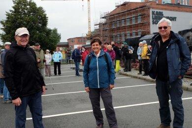 Die Gästeführer Dieter Grünert, Petra Rößler und Jürgen Rößler (v. l.) vorm Start ihrer diesjährigen Herbstwanderung. Insgesamt hat die Arbeitsgruppe 16 Mitglieder, die auf verschiedenen Gebieten aktiv sind.
