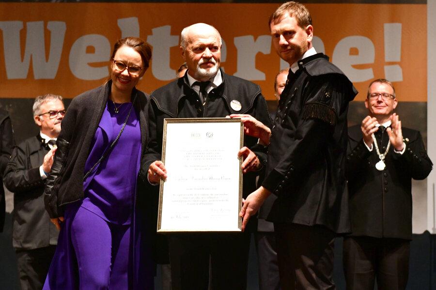 Die Urkunde belegt den Welterbestatus: Michelle Müntefering übergab das Dokument in Freiberg an Alt-Landrat Volker Uhlig und Sachsens Ministerpräsidenten Michael Kretschmer.