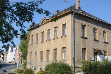 Wiederholt machte dieses Ellefelder Haus in der Schulstraße 28 negative Schlagzeilen. Jetzt diskutiert der Tierschutzverein darüber, ob hier künftig Katzen untergebracht werden könnten.