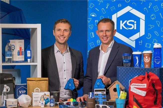 Mit dem Lockdown im März nahmen sie ihr Herz und Schutzmasken in die Hand: Danilo Schmidt (links) und Uwe Kasper, die Chefs der KSI International GmbH - hier in ihrer Welt aus Werbeartikeln. Ihr Mut zum Wechsel des Geschäftsmodells wurde belohnt. Jetzt sind sie für den Unternehmerpreis nominiert.
