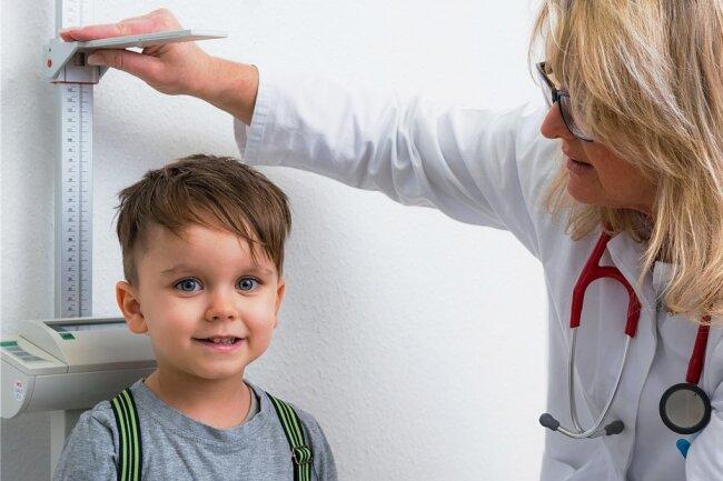 Bei der Untersuchung vor Schulbeginn wird auch die Körpergröße der Kinder gemessen - wie hier auf diesem Symbolbild.