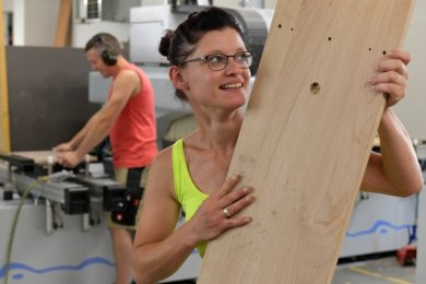 Holzmechanikerin Katja Wagner gehört zum Mitarbeiterstamm der Firma Bienenmühle Möbel.
