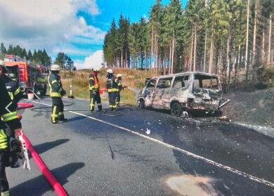 Der ausgebrannte Transporter auf der Bundesstraße zwischen Klingenthal und der Passhöhe Mühlleithen.