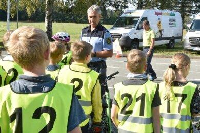 Verkehrsunterricht für die Viertklässler in Muldenhammer mit Polizeihauptmeister Uwe Huster. Im Hintergrund zwei der neuen Fahrzeuge.
