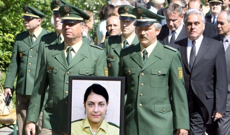 Ende April 2007: Politiker und Polizisten erweisen der erschossenen Beamtin Michèle Kiesewetter die letzte Ehre. Am Dienstag wurde am Tatort in Heilbronn an sie und die anderen NSU-Opfer erinnert.