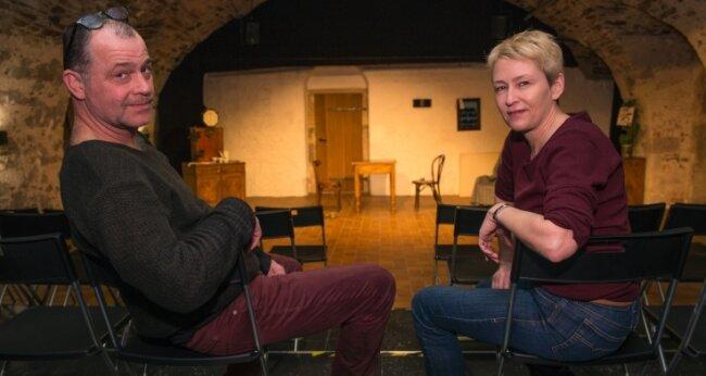 Anna Silke Röder und Andreas Unglaub sitzen im leeren Zuschauerraum. Wann ihr Schlosstheater in Augustusburg wieder öffnen darf, ist ungewiss.