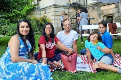 Beim English-Café in der Villa Gückelsberg wird bei schönem Wetter auch mal die Picknick-Decke ausgebreitet. Die Teilnehmer unterhalten sich auf Englisch.