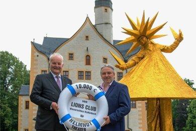 Stephan Geupel vom Lions Club am Wasserschloss Klaffenbach (links) überreichte einen Rettungsring als Symbol für eine Geld-Spende an Helmnot-Theaterchef Dirk Grünig.