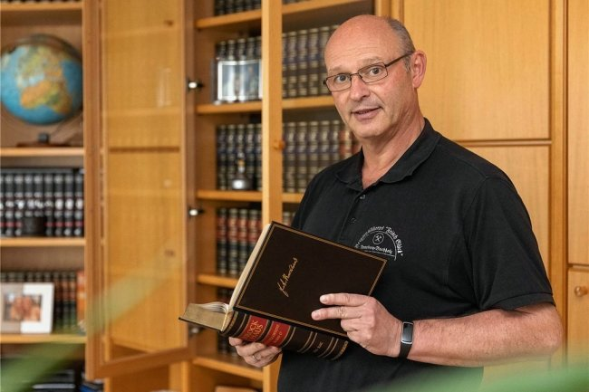 Ulli Mann aus dem Erzgebirge und seine Brockhaus-Enzyklopädie, die er schon vor Jahren erworben hat.
