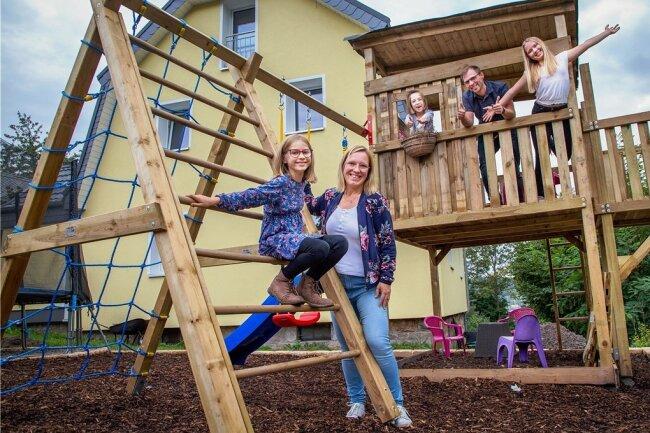 Unbeschwerte Freude nach Sorge und Angst: Alena Riedel (5, Mitte), ihre Schwestern Samira (11) und Marilén (8) sowie ihre Eltern Sandra und Andre Riedel in der neuen Spieloase, die dank eines Sponsors von der Firma Lesch aus Grünberg und Helfern errichtet wurde.