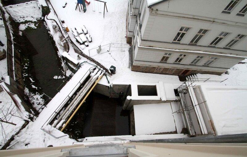Der Wintereinbruch hat die Arbeiten am Kraftwerk an der Johannisstraße unterbrochen.