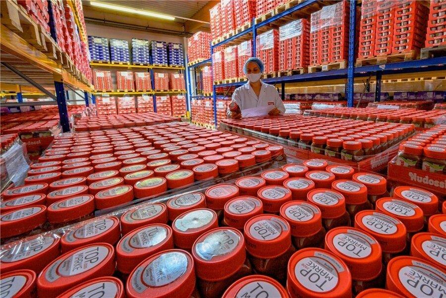 Blick in das Lager der Sächsischen und Dresdner Back- und Süßwaren GmbH & Co. KG. Mitarbeiterin Dana Mai prüft eine Verpackung.