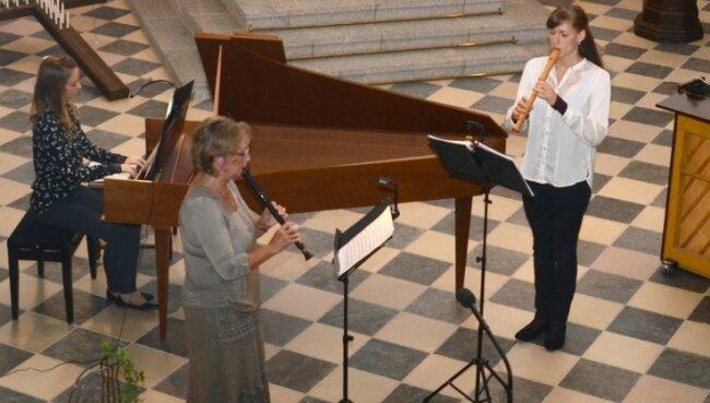 Bei der festlichen Sommermusik musizierten Rebekka Doberenz (Cembalo), Marion Schäl (Mitte) und Elisabeth Beckert (beide Altblockflöte).