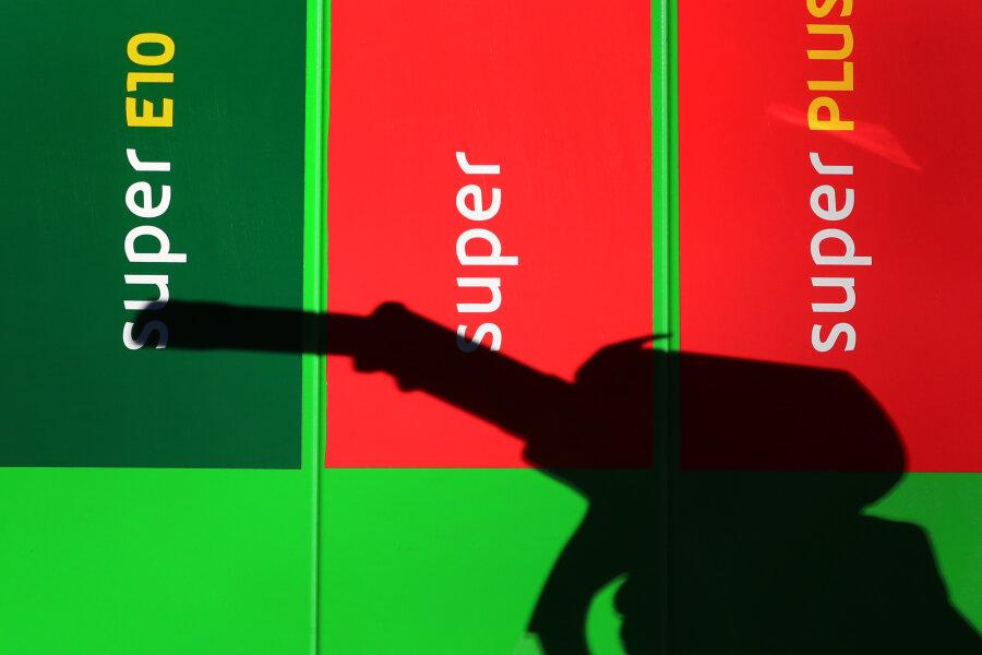 Benzin-Knappheit: Regierung will Abhilfe schaffen