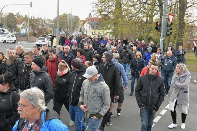 Spazieren gegen Ausgangssperre: In Freiberg brachten mehr als 800 Menschen ihren Unmut gegen Coronamaßnahmen zum Ausdruck. Auch in anderen Orten der Region kam es zu Protestaktionen.