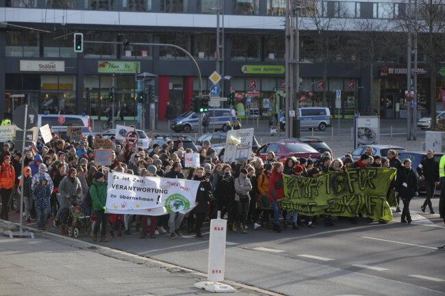 Mehrere hundert meist junge Leute ziehen durch die Chemnitzer Innenstadt.