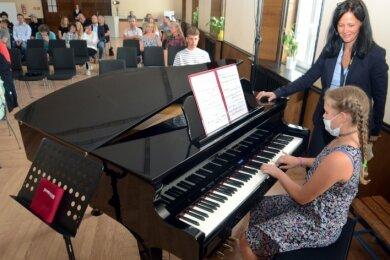 Bei der Schulaufnahmefeier spielte Carolina Weil-Helmbold auf dem neuen Klavier. Mit im bild: Musiklehrerin Anke -Tauchert-Knoll.