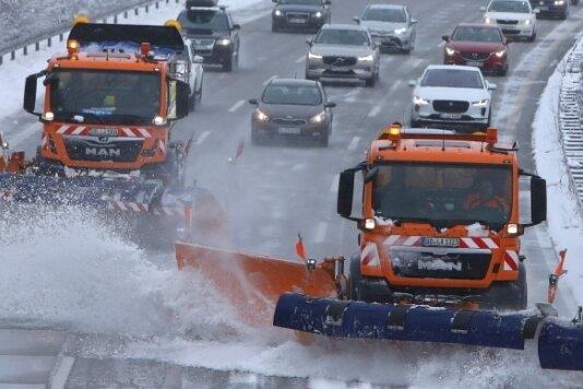 Zwei Räumfahrzeuge können in einem Wisch die drei Fahrspuren und die Hälfte des Standstreifens vom Schnee befreien. In dem Modus können die Laster nicht schneller asl 40 Kilometer pro Stunde fahren.