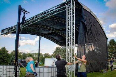 Mitglieder des neuen Oederaner Vereins Dezi-Beat halfen beim Aufbau der Bühne im Erlebnisbad. Auf dieser stehen am Freitag die Stars des Pool Spiders Open Air, und am Samstag gibt es Trance und Techno.