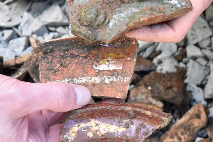 Scherben von alten Ofenkacheln und Tellern, die bei Bauarbeiten an der Burgauffahrt in Mylau im Boden gefunden wurden.