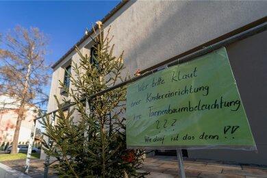 Von den Weihnachtsbäumen an der Gebrüder-Grimm-Grundschule wurden übers Wochenende die Lichterketten gestohlen.