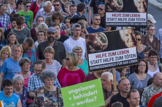 """Mehr als 500 Abtreibungsgegner haben gestern Abend in Annaberg-Buchholz beim 7. """"Marsch für das Leben"""" gegen das Recht auf Schwangerschaftsabbruch demonstriert."""