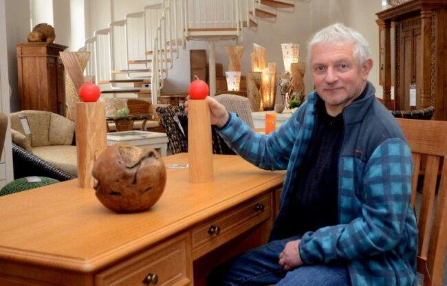 Ullrich Will in den Treuener Verkaufsräumen seiner Ausstellung mit Massivholzmöbeln. Die Kerzenständer hat er selbst gedrechselt.