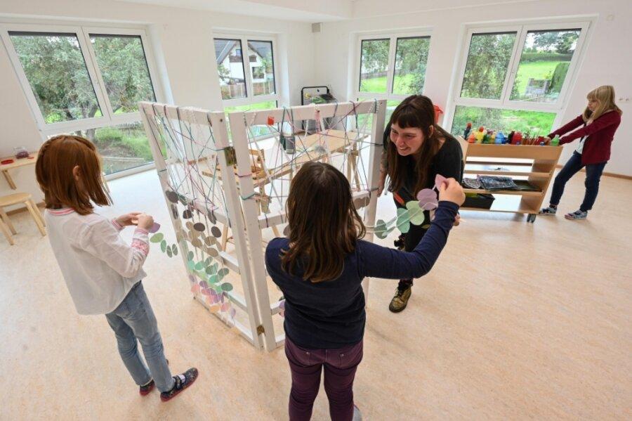 Erzieherin Friederike Bast (Bildmitte) betreut Kinder im Kunstzimmer des neuen Hortes in Burgstädt.