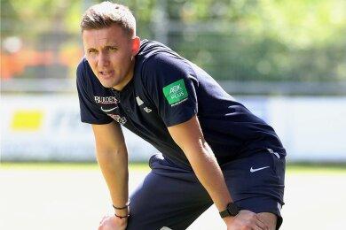 Aleksey Shpilevski beobachtet seine Mannschaft beim Testspiel gegen Türkgücü München. Viele Dinge haben dem Trainer des FC Erzgebirge da schon gut gefallen.