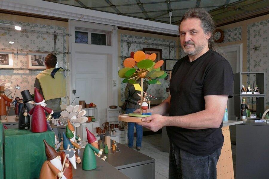 In einem ehemaligen Fleischerladen präsentierte Michael Ramm seine Holzkunst.