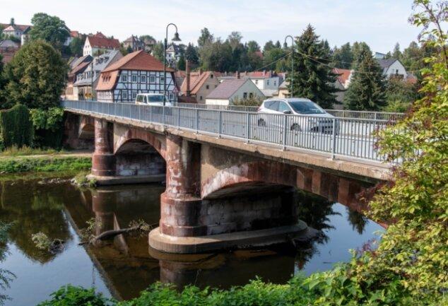 Die Muldenbrücke in Lunzenau ist seit Jahren in einem schlechten Zustand. Für die Zeit der Sanierung des Bauwerkes soll zwischen den Muldenterrassen und der August-Bebel-Straße eine Ersatzbrücke gebaut werden.