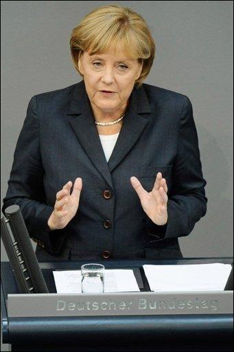"""Vier Tage nach dem NATO-Luftangriff in Afghanistan hat Bundeskanzlerin Angela Merkel (CDU) ihr tiefes Bedauern über mögliche zivile Opfer ausgedrückt. """"Jeder in Afghanistan unschuldig zu Tode gekommene Mensch ist einer zuviel"""", sagte Merkel am Dienstag vor dem Bundestag. Die NATO-Truppe ISAF erklärte erstmals, dass bei dem von der Bundeswehr angeordneten Angriff auch Zivilisten verletzt und getötet worden seien."""