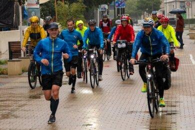Ankunft der Laufkultour am Sonntag, 17.30 Uhr, bei strömendem Regen auf dem Brühl. Schlussläufer war Johannes Thoß.
