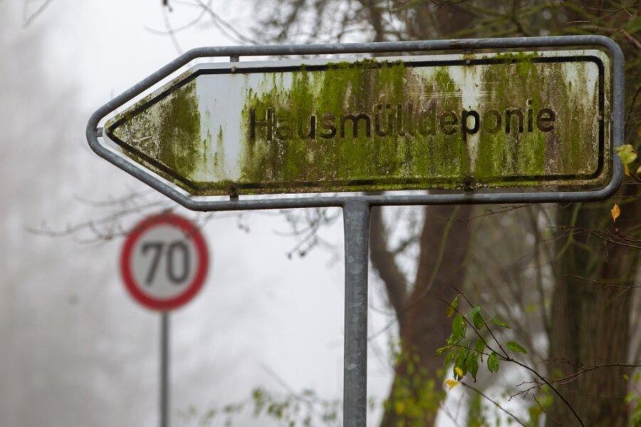 An der Straße zwischen Mechelgrün und Zobes steht das bemooste Schild mit Hinweis zur einst größten Hausmülldeponie des Vogtlandkreises. Seit 2004 ist sie geschlossen, die Sanierung steht vor dem Abschluss.