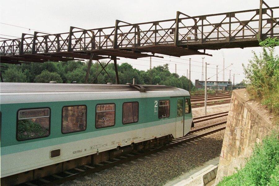 Diese Fußgängerbrücke wurde 2003 abgerissen. Bis dahin diente sie vor allem Eisenbahnern und Kleingärtnern als kürzeste Verbindung zwischen Ebersdorf und Hilbersdorf.