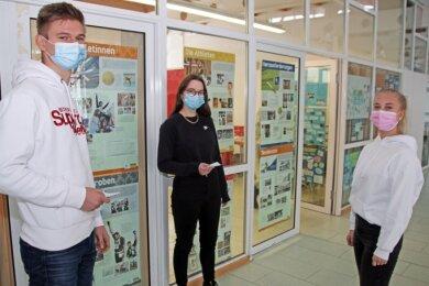 Sie haben sich testen lassen: Die Zwölftklässler Leonie Teichert (von rechts), Sophie Raschke und Emanuel Göhler in der Turnhalle des Cottagymnasiums. .
