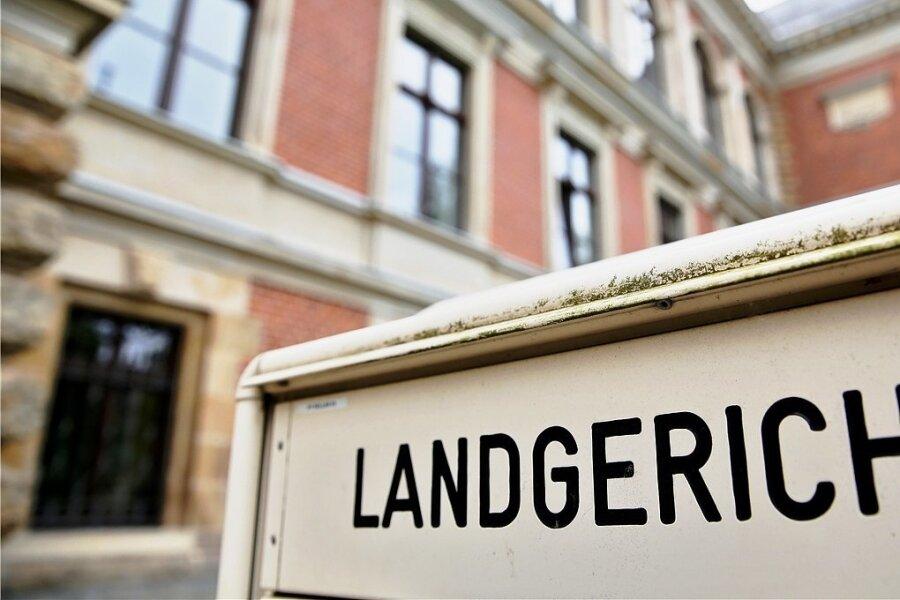 Eine 28-jährige Frau aus Glauchau muss sich vor dem Landgericht in Zwickau verantworten, weil sie erst ihren Ex-Partner in einer Wohnung in der Sachsenallee und später ihre Nachbarin in einer Notunterkunft in der Nähe des Bahnhofs mit dem Messer verletzt haben soll.