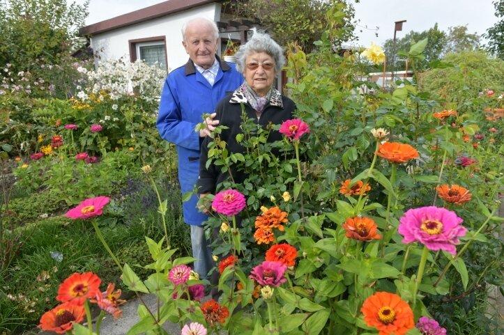 """Elfriede und Wolfgang Butze in ihrem Garten in der """"Naherholung""""."""