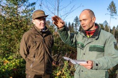 Andreas Schuster (rechts), Revierförster Landeswaldrevier Eich, bespricht mit Martin Gläser die Situation im Rützengrüner Forst. Gläser studiert Forstwissenschaften und absolviert ein Praktikum im Sachsenforst-Bezirk Plauen.